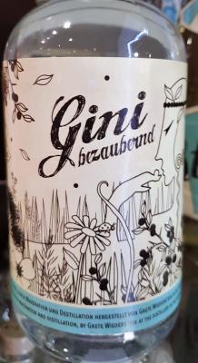 Herzhafte warme Würze, von Beeren und Wurzeln Ein guter Gin erfordert Leidenschaft und Geduld. Mit Herz und Seele dabei zu sein,