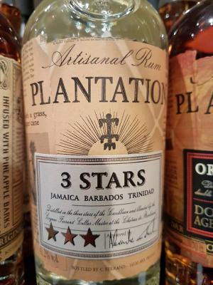 Der Rum PLANTATION 3 STARS ist ein Cuvée aus jungen Rums aus Barbados und Jamaika, einem 3 Jahre alten Trinidad-Rum und einem 12 Jahre alten Rum aus Jamaika,alle Rums wurden carbon-gefiltert.