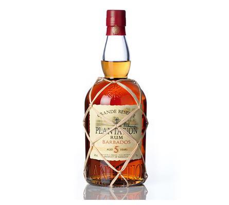 Ein gelungenes Cuvée verschiedener Barbados-Rums, fünf Jahre in der Karibik gereift in Bourbon-Fässern, Finishing in alten Cognac-Fässern auf Château de Bonbonnet, Ars/Cognac.